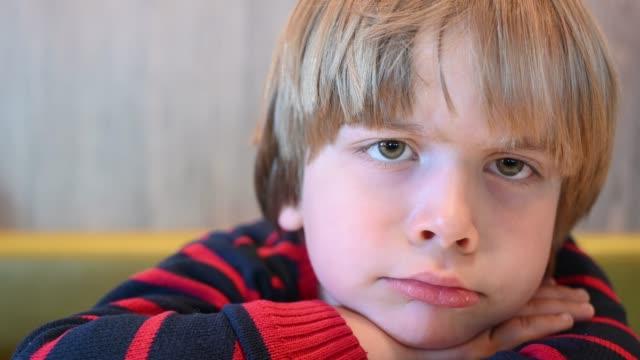 vídeos de stock, filmes e b-roll de sad boy (6 years) - olhos verdes