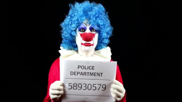 vídeos de stock e filmes b-roll de sad clown getting mugshot taken - fotografia de arquivo policial