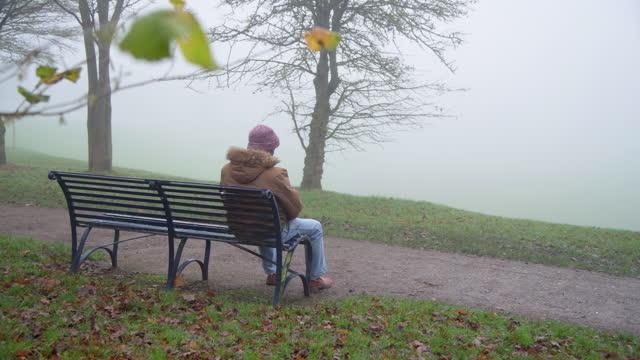 vídeos y material grabado en eventos de stock de sad elderly man on foggy morning wide shot - demencia