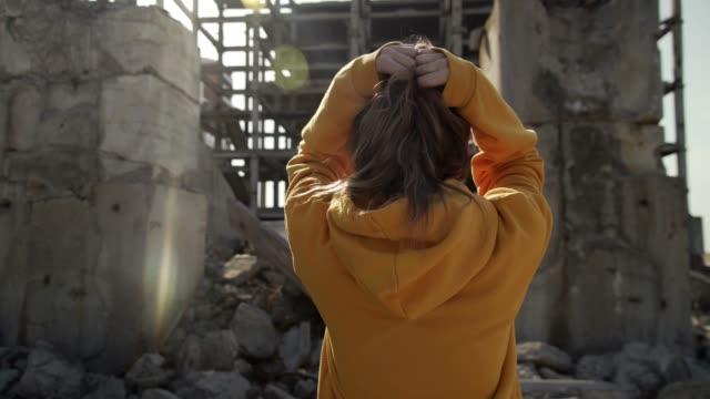 廃墟の悲しい少女 - ダメージ点の映像素材/bロール