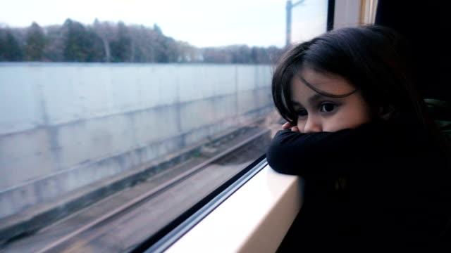 Ledsen flicka sitter i tunnelbanan