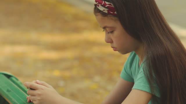 stockvideo's en b-roll-footage met droevig meisje dat telefoon gebruikt - schaamte