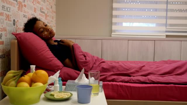 traurige skid girl im bett mit huhn pox - quarantäne stock-videos und b-roll-filmmaterial
