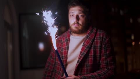 stockvideo's en b-roll-footage met trieste man alleen nieuwjaar vieren - solitair