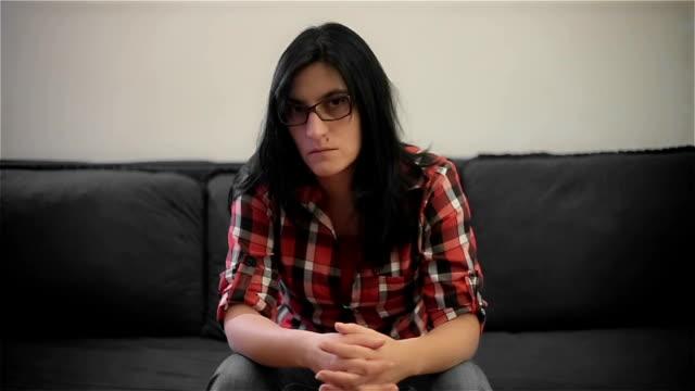 stockvideo's en b-roll-footage met triest volwassen vrouw op de bank zitten en kijken naar de camera - communication problems
