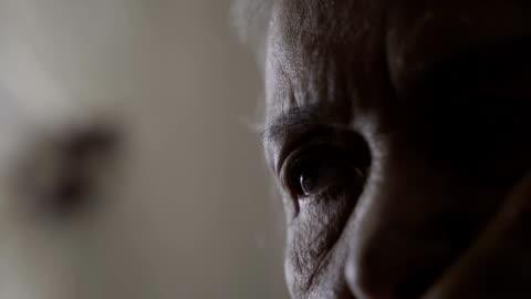 stockvideo's en b-roll-footage met trieste oude vrouw ogen close-up - solitair