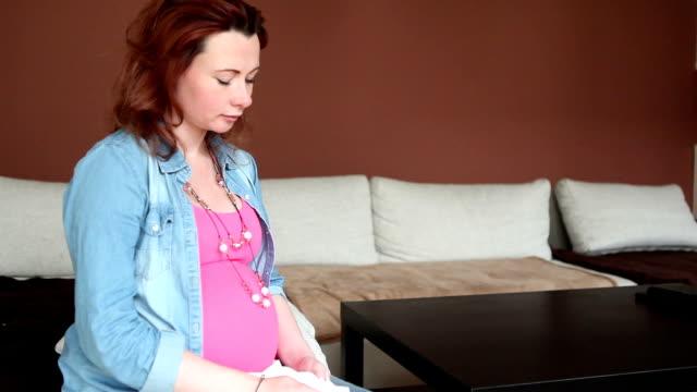 vídeos de stock, filmes e b-roll de triste mulher grávida - abdômen humano