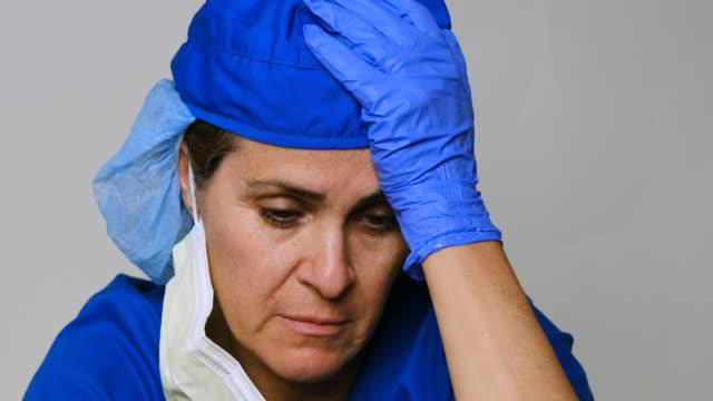 vídeos y material grabado en eventos de stock de triste, enferma, sobretrabajada, trabajadora de la salud femenina - de origen español o portugués