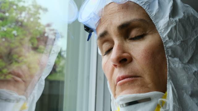 vídeos de stock e filmes b-roll de sad, sick, overworked, female health care worker - emoção