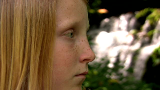 vídeos de stock e filmes b-roll de triste menina adolescente em cascata - só meninas adolescentes