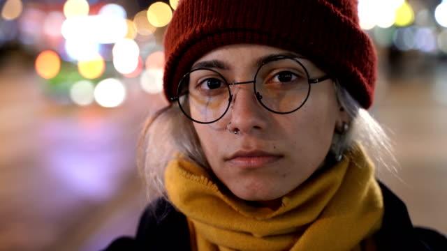 vidéos et rushes de adolescente triste dans la rue la nuit - une seule adolescente