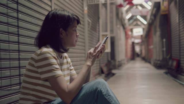 vídeos y material grabado en eventos de stock de triste adolescente es heartbroken - pena