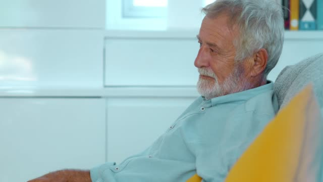triste vecchio premuroso - senior men video stock e b–roll