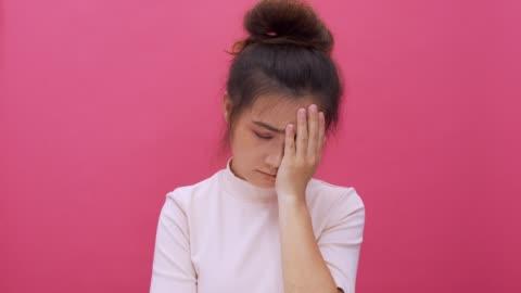 stockvideo's en b-roll-footage met treurige vrouw op geïsoleerde roze achtergrond 4k camera bekijkt - frustratie