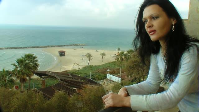 vídeos y material grabado en eventos de stock de mujer triste mirando al mar - detalle arquitectónico exterior