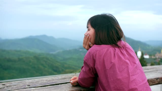 スカイラインを見て悲しい女 - 丘点の映像素材/bロール