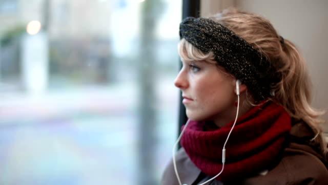 vídeos y material grabado en eventos de stock de triste mujer mirando a través de la ventana - depresión