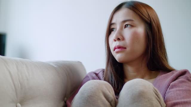 vidéos et rushes de femme triste qui s'éloigne - répondre