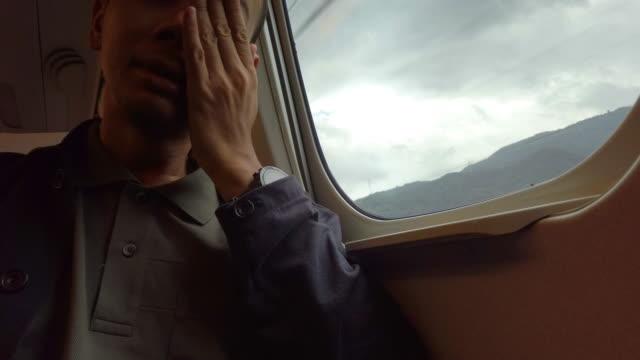 列車の窓から見る悲しい若者 - 泣く点の映像素材/bロール
