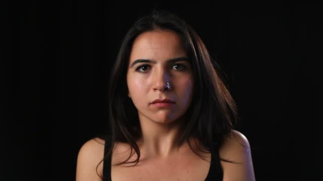 vidéos et rushes de triste jeune femme - selimaksan