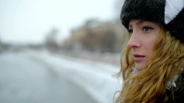 stockvideo's en b-roll-footage met triest jonge vrouw - natuurlijk haar
