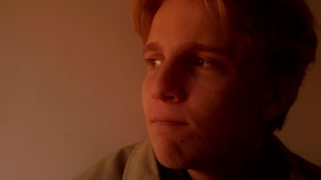 vídeos y material grabado en eventos de stock de muchacho adolescente triste mirando caliente luz - padre solo