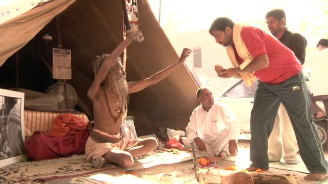 vídeos de stock e filmes b-roll de sadhu with man - benção