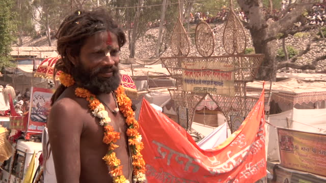 sadhus at khumba mela - 僧衣点の映像素材/bロール