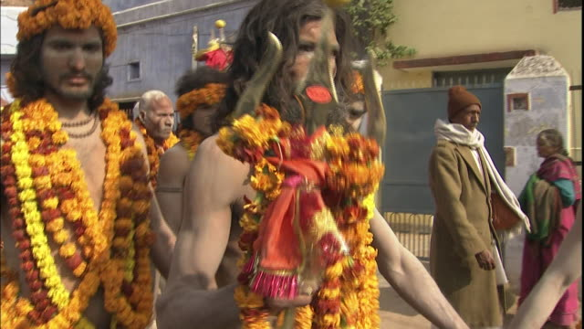 vidéos et rushes de sadhus in traditional dress lead kumbh mela pilgrimage, allahabad, uttar pradesh, india; 5 january 2001 - fête religieuse