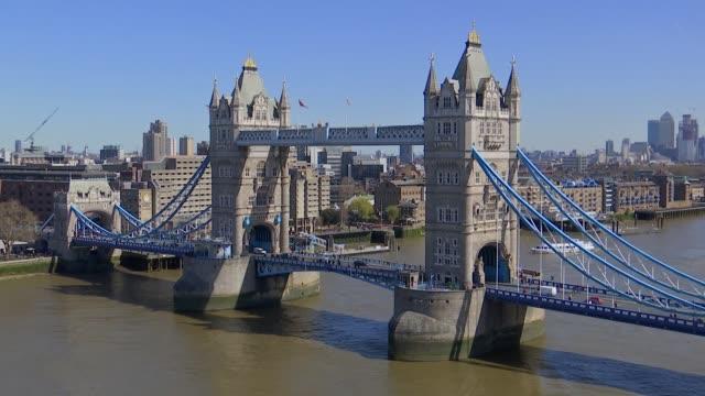 vídeos de stock e filmes b-roll de sadiq khan and shaun bailey interviews / tower bridge and city hall gvs england london city hall ext various views of tower bridge with cars and... - edifício do governo local