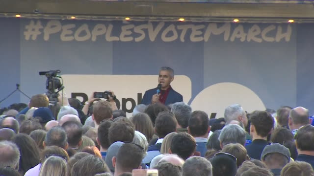sadiq khan saying the final brexit deal should be taken out of the hands of politicians in westminster during his speech at the people's vote march... - referendum stock-videos und b-roll-filmmaterial