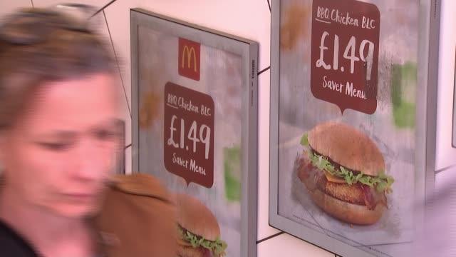 vídeos y material grabado en eventos de stock de sadiq khan to ban junk food advertisements from buses trains and stations general view mcdonalds advertisements on london underground close shot... - vista general