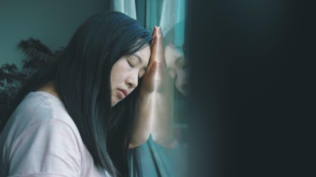 stockvideo's en b-roll-footage met de jonge vrouwen van het verdriet - treuren