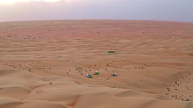 vídeos y material grabado en eventos de stock de aerial safari en el desierto de omán - tienda de campaña