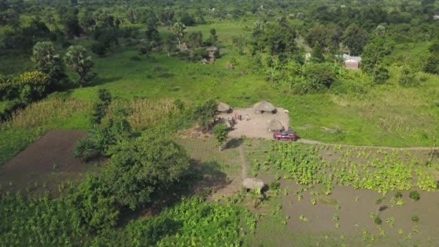 vidéos et rushes de village de démarches pour le camion safari - action caritative et assistance