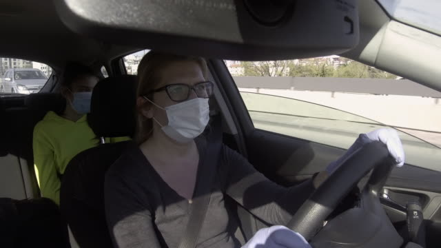 vídeos y material grabado en eventos de stock de conducción segura - padre solo