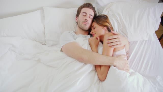 vídeos de stock, filmes e b-roll de segura nos braços um do outro - casal jovem