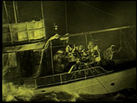 safety at sea - 14 of 17 - この撮影のクリップをもっと見る 2252点の映像素材/bロール