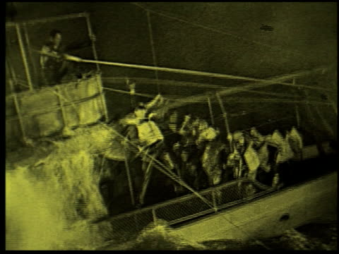 safety at sea - 15 of 17 - この撮影のクリップをもっと見る 2252点の映像素材/bロール