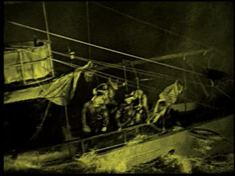 safety at sea - 16 of 17 - この撮影のクリップをもっと見る 2252点の映像素材/bロール