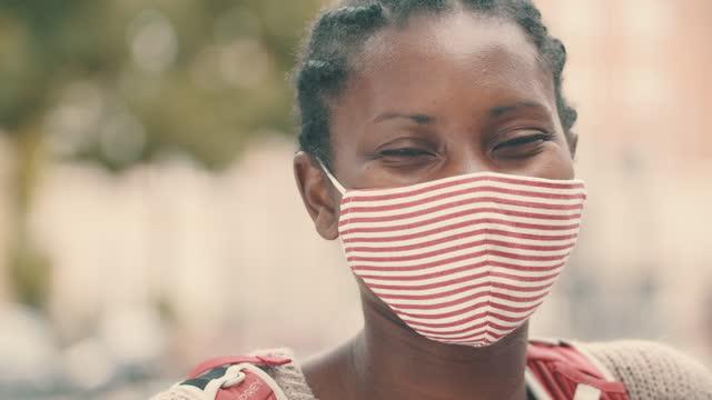 vídeos de stock, filmes e b-roll de segurança é algo que eu mantenho - máscara