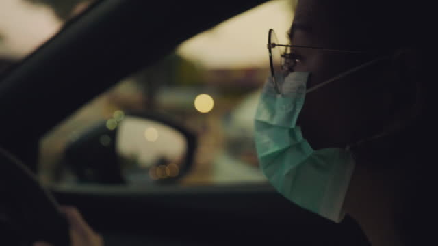 vídeos de stock e filmes b-roll de safety practices during pandemic infection outbreak - interior de carro