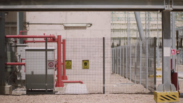 vídeos de stock e filmes b-roll de safety signs - danger, warning and caution labels - high voltage electrical hazard, danger of death - ponto de exclamação
