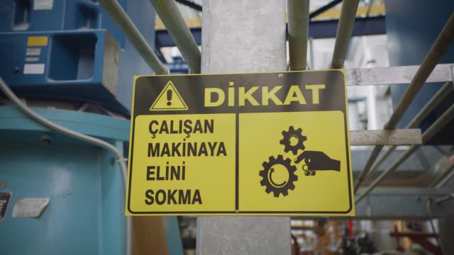 vídeos de stock e filmes b-roll de safety signs - danger, warning and caution labels - never put your hands near rotating or moving machinery - ponto de exclamação
