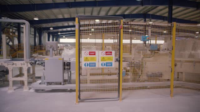 安全標識 - 危険、警告、警告ラベル - 生産ライン - 梱包機点の映像素材/bロール