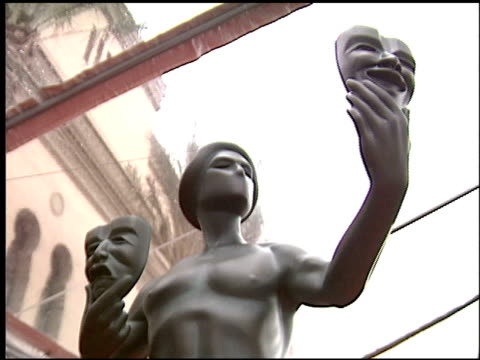 stockvideo's en b-roll-footage met sag statue at the 2004 screen actors guild sag awards at the shrine auditorium in los angeles california on february 22 2004 - screen actors guild awards