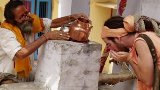vídeos de stock, filmes e b-roll de sage drinking water, rishikesh, uttarakhand, india - rishikesh