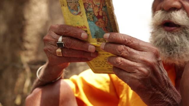 vídeos de stock, filmes e b-roll de sage readin holy book, rishikesh, uttarakhand, india - rishikesh
