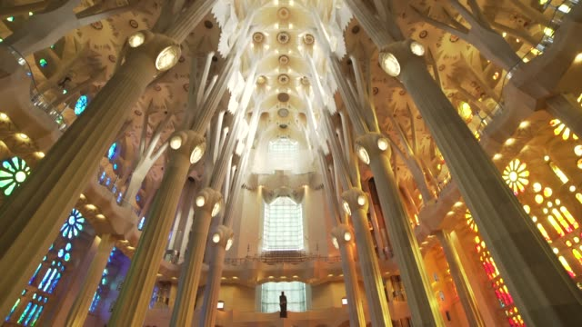 vídeos de stock e filmes b-roll de sagrada familia by gaudi indoors at barcelona - catedral
