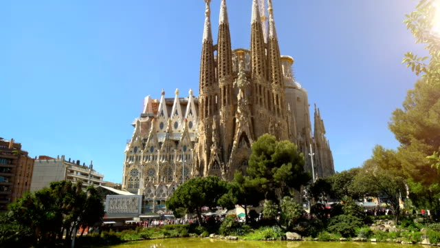 stockvideo's en b-roll-footage met sagrada familia in barcelona, zonder kranen - nationaal monument beroemde plaats